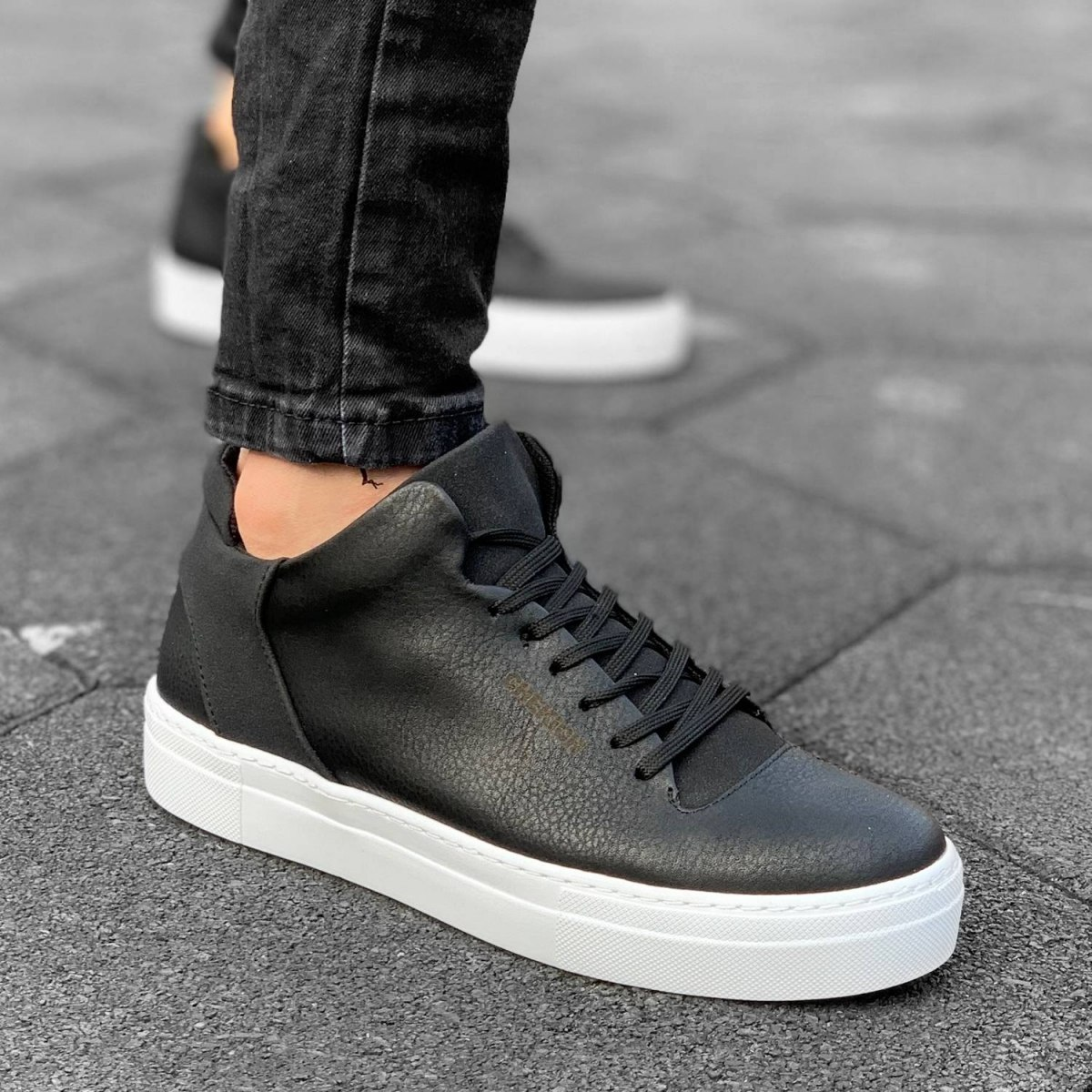 Street-Style Sneakers in Black&White